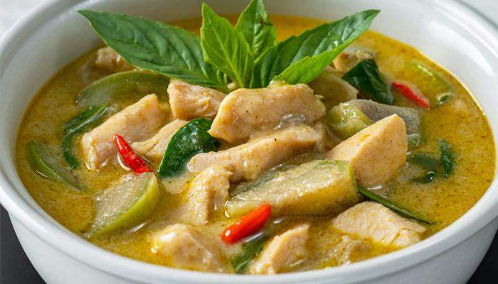 แกงเขียวหวาน กินคู่กับข้าวก็ได้ หรือจะกินกับขนมจีนก็ดี